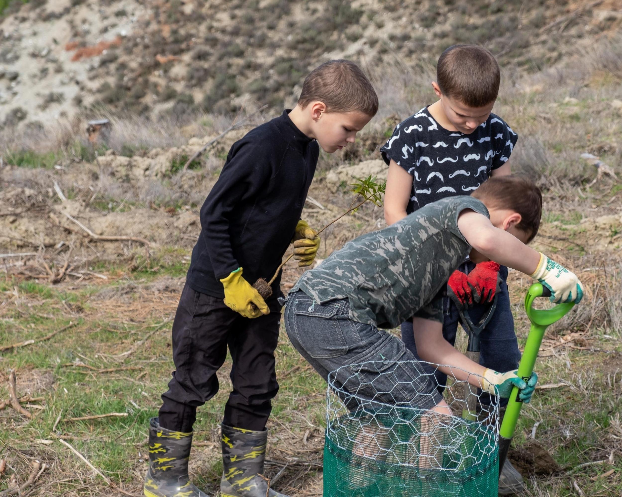 Kids_planting_native_trees_community_planting